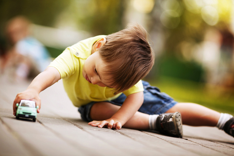 niño-jugando-con-cochecito